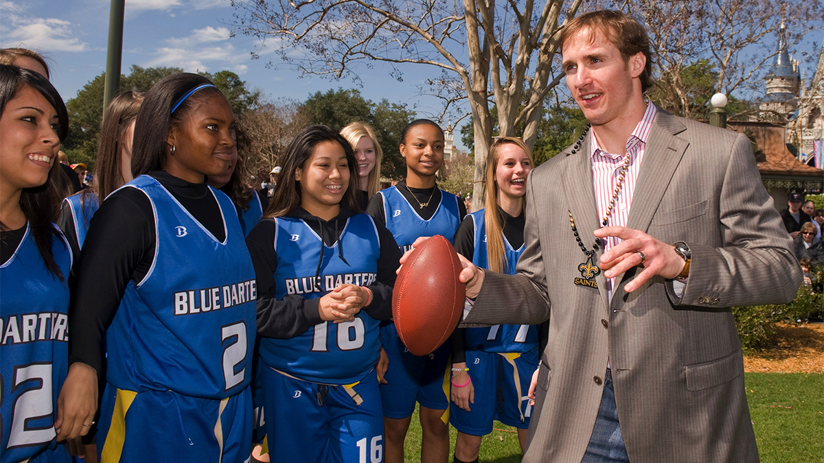 Super Bowl XLIV MVP Drew Brees instructs players from the Apopka High School Blue Darters