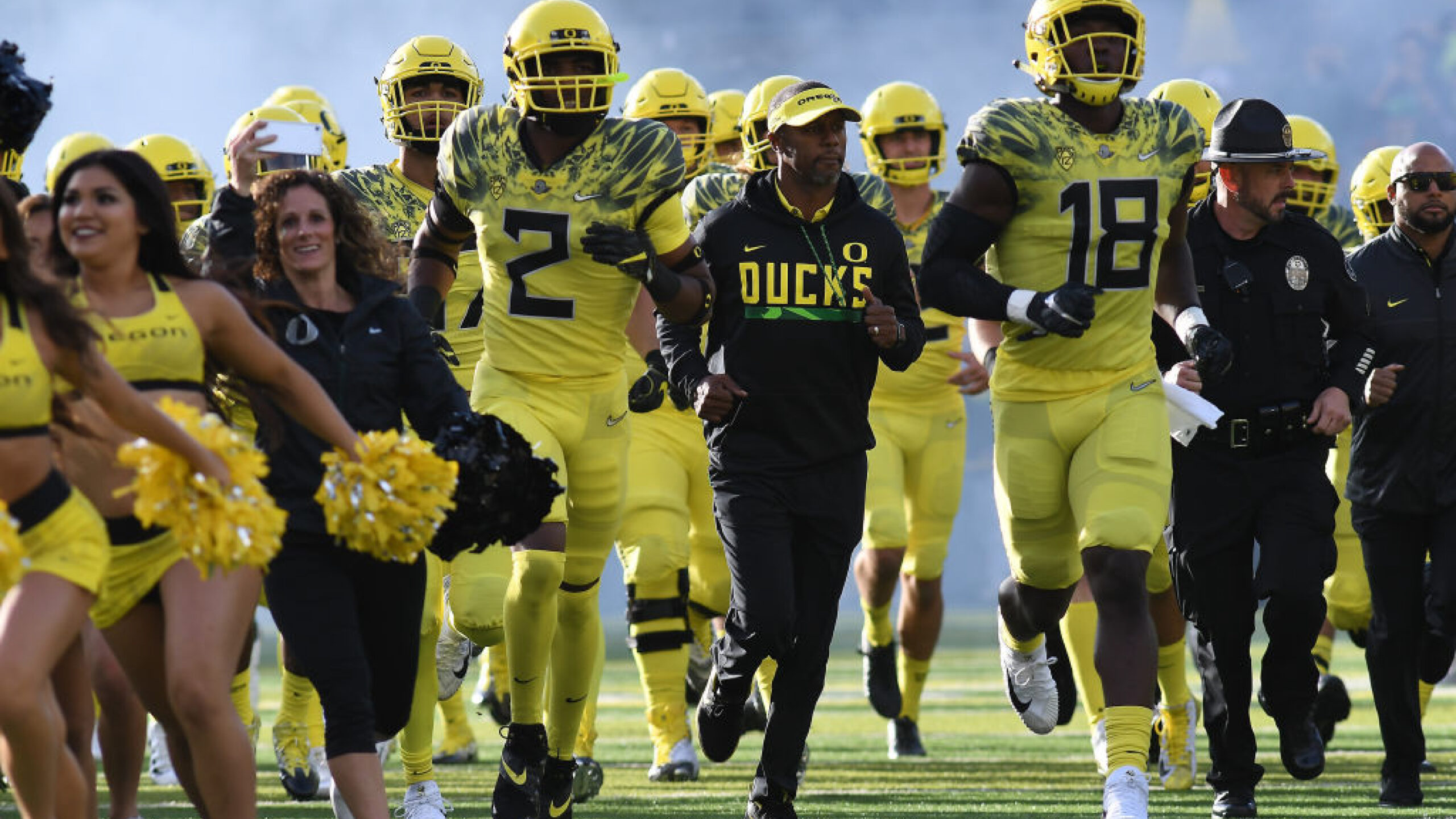 EUGENE, OR - OCTOBER 07: University of Oregon head coach Willie Taggart leads the team onto the field during a college football game between the Washington State Cougars and Oregon Ducks on October 7, 2017, at Autzen Stadium in Eugene, OR. (Photo by Brian Murphy/Icon Sportswire via Getty Images)